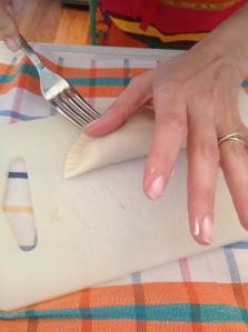 Premete i bordi con una forchetta per sigillare.